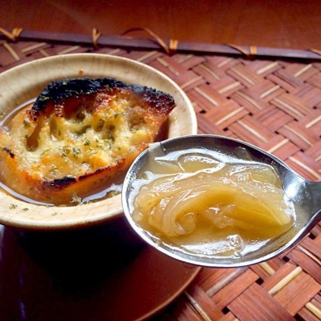 娘のリクエストでオニグラ〜♨️ こんがりクロスティーニがふやけた  イタリアでは、イタリアのタマネギのスープがカトリーヌ・ド・メディシスの輿入れに伴ってフランスに伝えられ、スーパ・ロワニョンの原型となったと言われているw - 49件のもぐもぐ - Zuppa di cipolle al forno♨️ズッパ・ディ・チポッレ・アル・フォルノ Onion gratin soup♨オニグラス〜プ by Ami