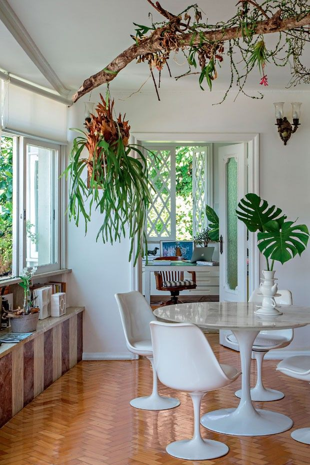 O prédio antigo, no alto de uma ladeira de paralelepípedos, na Gávea, é daqueles que inspira suspiros. Praticamente cercado de mata, escapou incólume à especulação imobiliária que assola essa região da zona sul carioca. Foi ali, em um apartamento de cerca de 300 m², que os designers Marina Ribas e Fred Gelli encontraram seu paraíso particular.