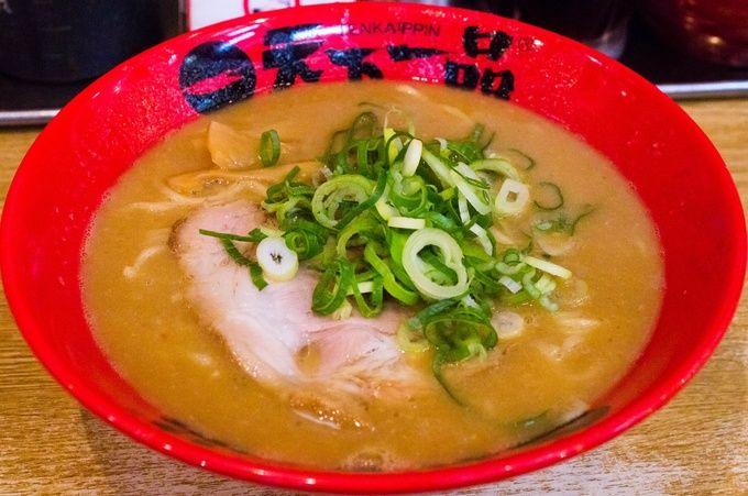 全国にチェーン展開している天下一品の総本山が、ここ京都にあります。代名詞とも言えるドロドロこってりスープは他の店舗でも味わえますが、なぜか本店のスープはそれらの支店とは少し違う雰囲気を感じてしまうんです。鶏と野菜を長時間煮込んだスープは、こってりなのにそれほど重くなく味わえるから不思議。この個性的な味を求めて全国から天下一品のファンは勿論、たくさんのラーメン好きが集まります。