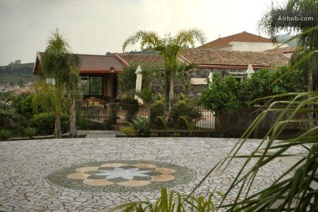 Casa Rosemarine. Giardino e cortile di fronte Casa Rosemarine.  Garden and courtyard in front of the House