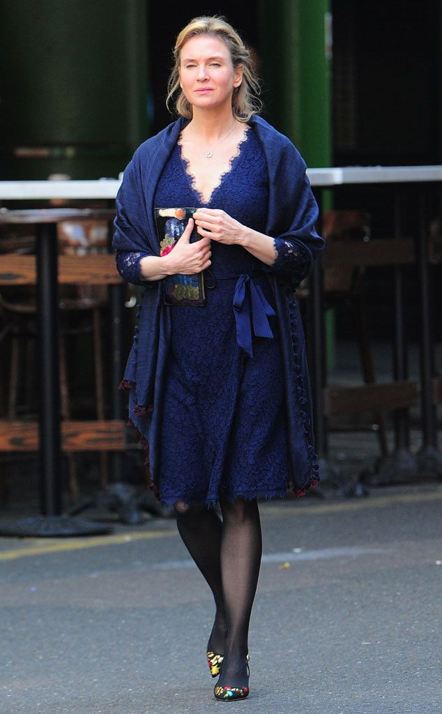 René Zellweger from The Big Picture: Today's Hot Pics  V. cool. The Oscar winner is in British mode again on the London set of Bridget Jones' Diary 3.