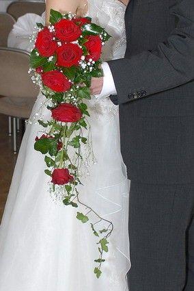 Brautstrauß in Wasserfall-Form: rote Rosen