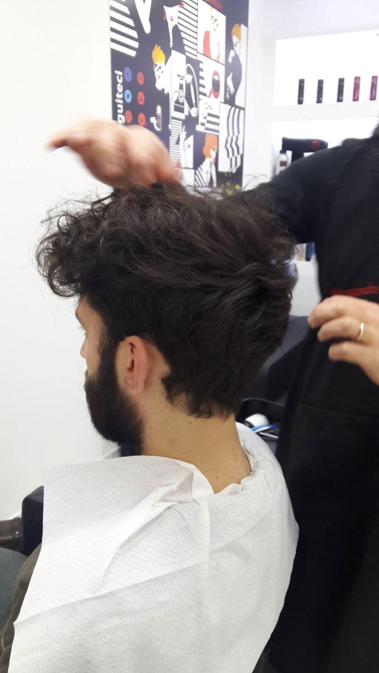 È molto importante per me, prima di iniziare un lavoro confrontarmi e trovare un accordo tra la fisionomia e la struttura dei capelli. Questo taglio maschile è tendenza moda 2017. Cura della barba, poi per una pulizia del cuoio capelluto invece un massaggio e peeling, con una fiala di mineral agli agrumi di limone e arancia. Ci trovate a Napoli in via San Francesco a Capuana 7, telefono 081284909. Casoria in via Guglielmo Marconi 61, Telefono 0817571340. www.sangermanogroup.it