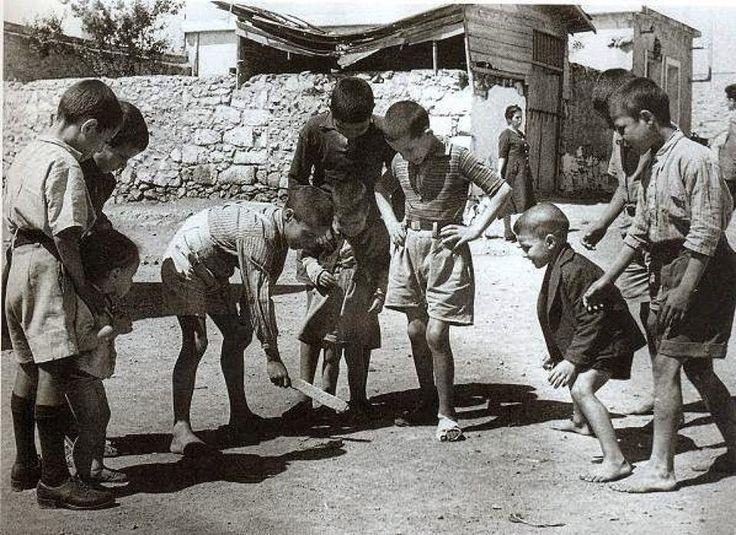""""""" πίσω στα παλιά """" Τα παιδιά παίζουν ξυλίκι."""