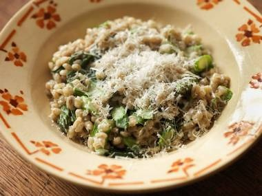 Asparagus and monk's beard spelt: Spelt makes a great alternative to rice in a risotto-type dish.Finding Monk, Food And Drinks, Spelt Recipe, Monk Beards, Chops Chive, Drink Recipes, Beards Spelt, Drinks Recipe, Food Drinks