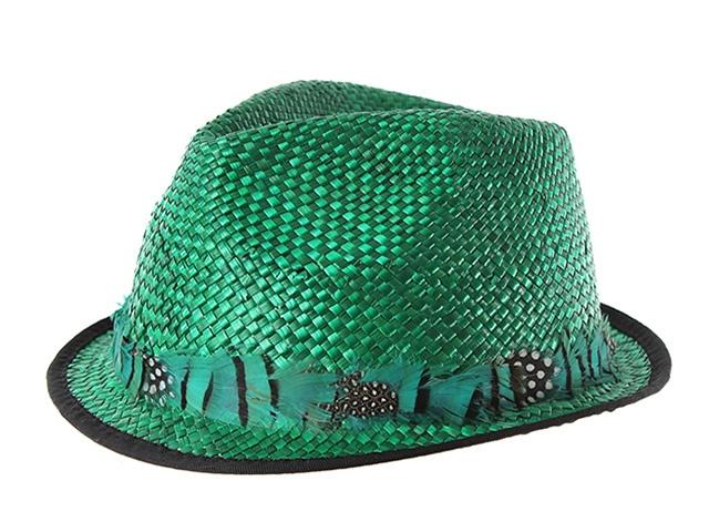 Ésta temporada no podrás pasar sin éste fantástico sombrero de estilo borsalino de ala corta. Está fabricado en rafia y lleva un cinta alrededor de originales plumas. ¡Llévatelo en verde!.