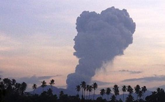 Lokon Kembali Memuntahkan Debu Vulkanik 2.500 m