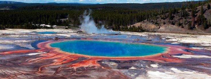 Le Grand Prismatic Spring, ici le 22 juin 2011, est l'une des sources chaudes du parc Yellowstone, dans le Wyoming (Etats-Unis). | JIM URQUHART / REUTERS