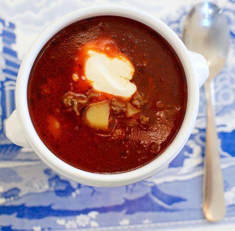 I detta busväder så är det extra gott med grytor och soppa till middag. Vill du ha fler tips på sådantklicka HÄR Det här behöver du till 5-6 portioner : smör 1 gul lök 1 pressad vitlöksklyfta 1 kilo nötfärs 3 msk tomatpure 1 liter vatten 7-8 små fasta potatisar … Läs mer