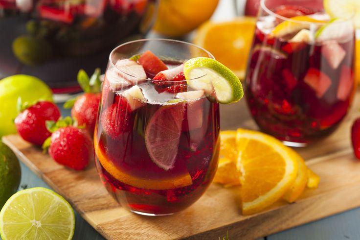 Sangria classico Cocktail Recept - Een fruitig sangria recept op basis van zoete spaanse wijn, citrusvruchten en druiven. Bij het maken...