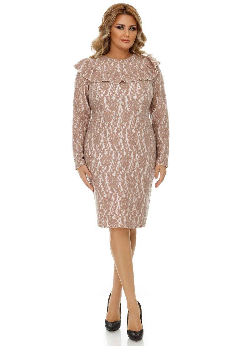 Rochie Plus Size Vera Bej - De o feminitate desăvârșită și într-o nuanță prietenoasă de bej, rochia plus size Vera îți conturează delicat formele datorită croiului conic, cu mâneci lungi. Decolteul cu volan amplu armonizează proporțiile siluetei și se îmbină cu designul floral, adăugând unei ținute cu lin