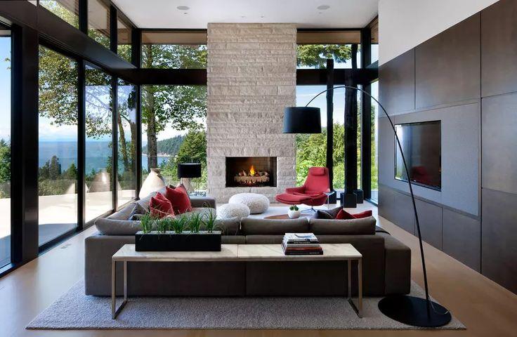 Grande soggiorno moderno contemporaneo con camino aperto in pietra e la tv posizionata su parete rivestita in legno - arredi marrone e rosso