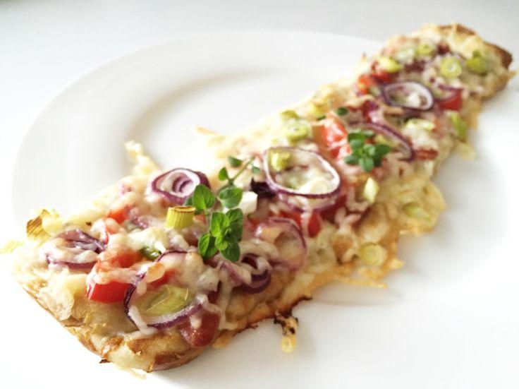 Laugenstangen plattgemacht... Ofen 200° Ober/Unterhitze vorheizen . Tiefkühl Laugenstangen an/auftauen. Ca. 30-60 Minuten. 4 Stück auf ein mit Backpapier belegtes Ofenblech legen. Mit den Fingern plattmachen , ziehen, drücken bis sie ca. 1 cm dick sind, dafür aber 2 mal so lang und 3 mal so breit. Jetzt mit Creme Fraiche, Quark, Sauercreme, Zazziki, Schmand oder wie eine Pizza mit Tomaten reichlich einstreichen. Jetzt nach Lust und Laune mit Zutaten eurer Wahl ...