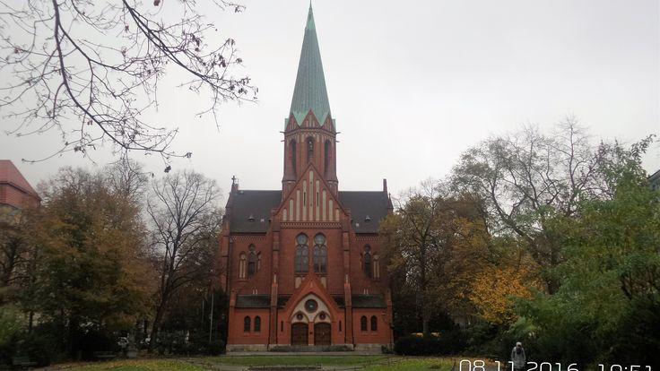 """Die katholische St.-Ludwigs-Kirche in Wilmersdorf am Ludwigkirchplatz wurde 1895 bis 1897 von dem Architekten August Menken erbaut. Der Kirchenbau im Stil der Norddeutschen Backsteingotik wird auch """"Ludwig-Windthorst-Gedächtniskirche"""" genannt."""