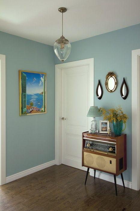 В холле приютилась бабушкина радиола. Над ней висят винтажные зеркала с подсвечниками. Краска, Benjamin Moore.…
