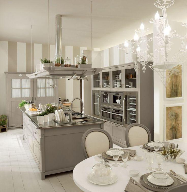 Nella collezione English Mood di Minacciolo l'isola è dotata di un piano attrezzatissimo perfetto per chi ama cucinare