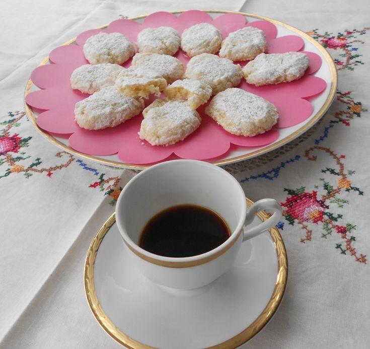 I ricciarelli di Siena sono realizzati con un impasto a base di mandorle ed albumi, profumata alla vaniglia ed arancio, dalla forma di piccole losanghe, con una superficie rugosa e screpolata, rivestita di zucchero a velo. Sono dei biscotti molto apprezzati, soprattutto come dolce natalizio, venendo consumati con vini liquorosi e dolci da dessert.