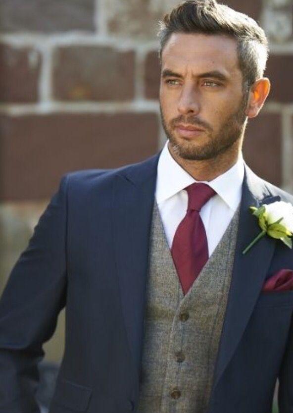 febaba4a14a traje para novio azul marino con chaleco gris y corbata vino ...