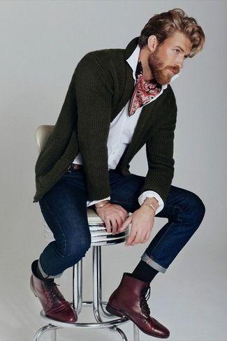 Tenue: Cardigan à col châle vert foncé,  blanc, Jean bleu marine, Bottes en cuir bordeaux