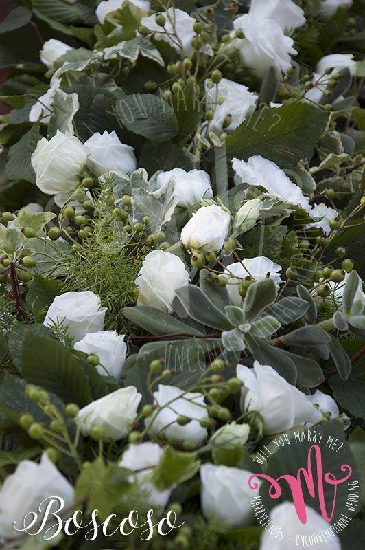 Nello stile Boscoso, lisianthus di un color bianco candido impreziosiscono un intreccio brillante di foglie verdi. Creato da Marrylicious. In the Boscoso style, lisianthus pure white color adorn a brilliant blend of green leaves. Created by Marrylicious.