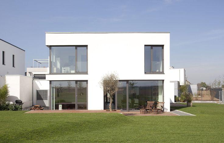 Das Objekt befindet sich in einem sehr schön gelegenen Neubaugebiet im Stadtteil Lövenich in Köln. Die Besonderheit des Objekts besteht in der Ausführung des Energiestandards KfW-40, welchen die Stadt Köln für die Bebaubarkeit dieses Bereiches als Vorgabe vorgesehen hat.  Planung / 2009 Baujahr / 2010 Bauzeit / 12 Monate Wohnfläche / 165m² Leistungsphasen /…