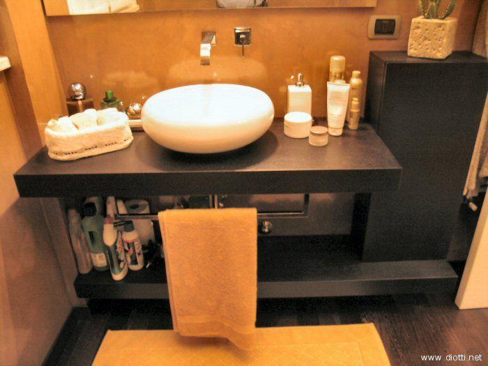 Ecco il bagno di servizio del piano terra, posto di fronte alla zona office del soggiorno: molto bella la resina dorata sulle pareti. Peccato che la prospettiva limitata non permettesse di scattare una foto più completa.