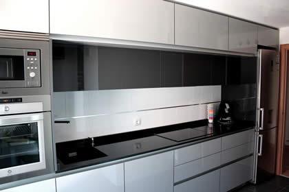 Esta cocina son todos integrables salvo el frigorífico porque el cliente quería un frigorífico con dispensador de agua y hielo en la puerta.