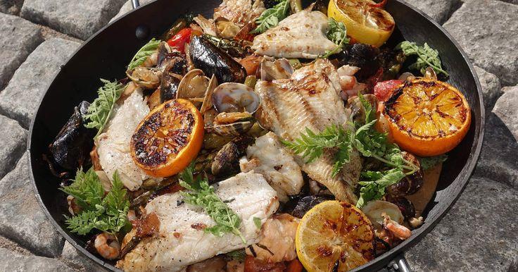Krämig ragu på fisk och musslor samt fänkål, gul lök och härligt krisp från morötter. Rätten får fint sting från chili och ingefära och syra från citrusfrukter.