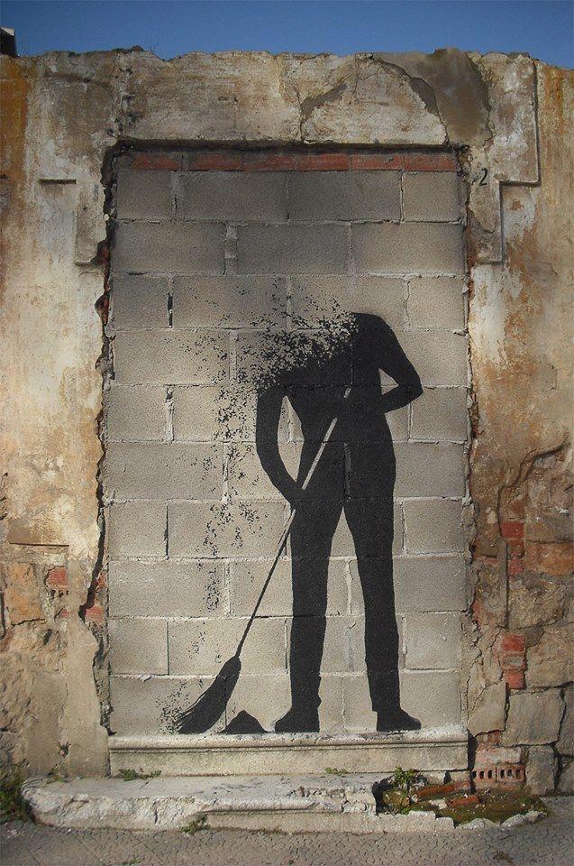 """""""Car tu es poussière et poussière tu retourneras à la poussière... """" ( La Bible ) OU la tristesse de la fin de vie d'une porte murée ! / Street art"""