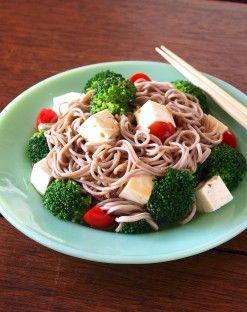 夜中に食べても太らない 話題の「深夜特急めし」野菜たっぷりの3選 豆腐とブロッコリーのそばサラダ