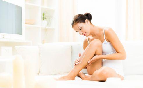 Droge onderbenen is een probleem van alle seizoenen. In de zomer wanneer je dat leuke korte rokje aan wilt en in de winter wanneer alles droog en schraal is. Herkenbaar? Tijd om te scrubben, scheren en smeren.