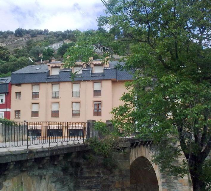 Nuestra fachada desde el río Valcarce