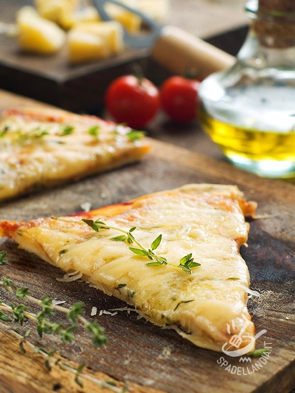 Pizza with onions and Parmesan - Per un brunch, un buffet, un compleanno o una merenda, un picnic... C'è sempre l'occasione per gustare la vostra golosa Pizza alle cipolle e parmigiano. #pizzaallecipolle #pizzaalparmigiano