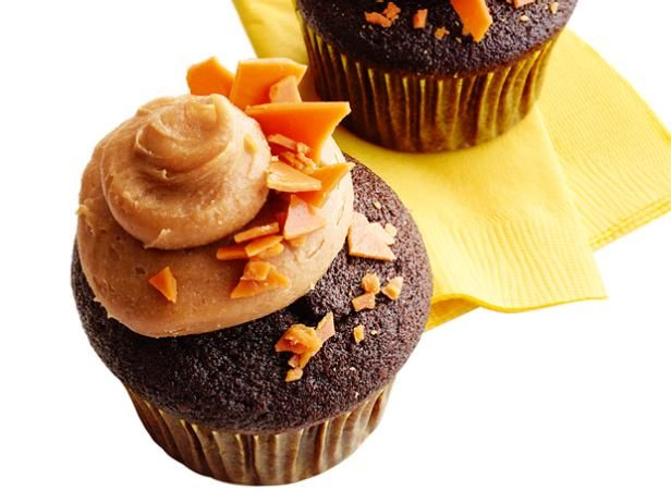 Chocolate-Peanut Brittle Cupcakes: Fun Recipes, Brittle Cupcakes, Chocolates Peanut, Chocolates Cupcakes, Butterf Cupcakes, Cupcakes Recipes, Butterfinger Cupcakes, Peanut Brittle, Cupcakes Rosa-Choqu