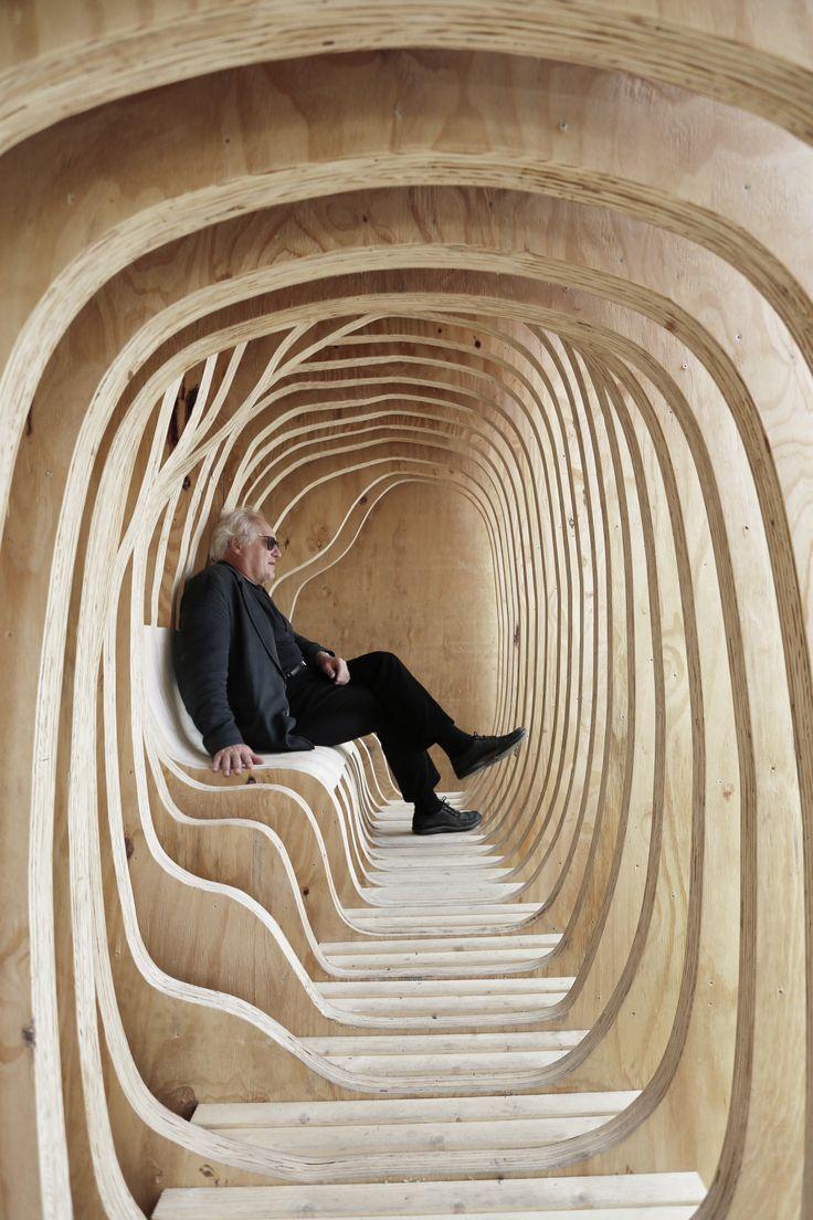 Estudantes constroem um abrigo lúdico de madeira no centro de Tallinn, Estônia