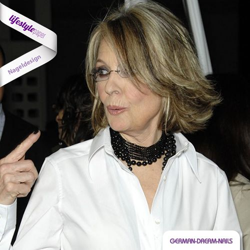 Stars und ihre Fingernägel! Dass man auch im Alter flippige Nageldesigns tragen kann, beweist Schauspielerin Diane Keaton immer wieder aufs Neue! http://www.lifestyle-paper.de/diane-keaton-stylisch-bis-in-die-fingerspitzen #lifestylepaper #lifestyle #naildesign #nailart