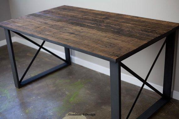 Mesa/escritorio hecho de vintage recuperado de madera y acero. Diseño industrial/urbano/moderno. Mediados del siglo/rústico/agobiados. Exhibición por menor