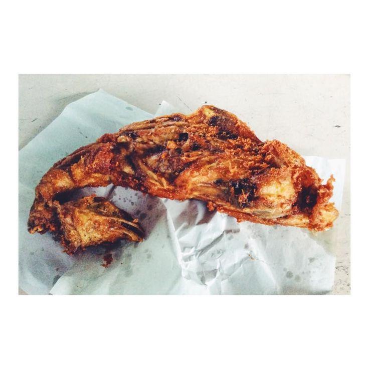 今日のお昼は鳥まるまる一羽(゚Д゚) I ate a whole bird for today's lunch!  豚の丸焼きはよく聞きますが 今日のお昼は鳥の丸焼きを食べましたd(_o)  見た目的にはカリッカリな感じですが  食べてみると案外生っぽい所があったり  首のあたりの衣が取れると鳥のまんまな気がして  さすがに一瞬手が止まりました(_;)  この丸焼きを食べている間は 数千年前の祖先と意識が 繋がったのではV(_)V  ハクナマタタ OO  ちなみにお値段はなんと70円ほど  #鳥の丸焼き #鳥 #唐揚げ #唐揚げ弁当 #唐揚げ定食 #手羽中の唐揚げ #唐揚げランチ #唐揚げうまい #唐揚げ美味い #お昼ごはん #お昼ご飯 #お昼 #お昼ゴハン #お昼御飯 #鳥丸ごと一羽 #鳥一羽 #タイ旅行記 #タイ #タイ旅行 #タイ旅行2016 #プーケット #プーケット島 #プーケット旅行記 #プーケットライフ #プーケットタウン #タイランドプーケット #プーケット旅行