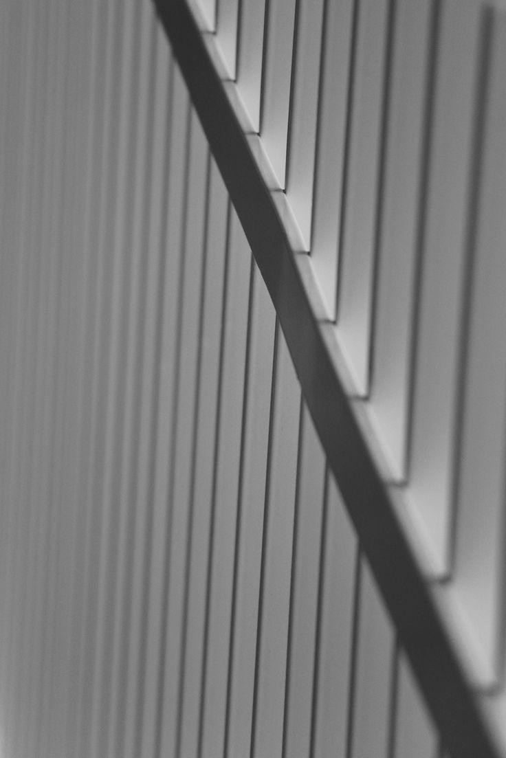 Op deze foto zien we meerdere evenwijdige, verticaal lopende lijnen die allen worden gebroken door een horizontaal lopend element.
