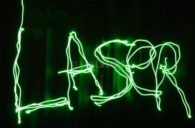http://www.verdelaser.com/verde.html Puntatore laser verde ha una forte visibilità, potente raggio laser verde può essere visto nella 10000m fuori. Grazie al luminoso raggio di luce verde visibile nel cielo anche in condizioni di aria secca e trasparente, questo puntatore laser puo' essere utilizzato come cercatore in parallelo al telescopio, oppure per mostrare al pubblico il cielo durante le serate osservative e didattiche oppure per indicare costellazioni, stelle, zone di cielo ecc..