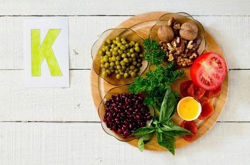 カリウムはナトリウム、塩化物、カルシウム、マグネシウムと共に体内で電気を伝導する電解質で、生きていく上で欠かすことのできない栄養素です。ほとんどの食物、特に緑色の葉野菜には豊富に含まれていますが、多すぎても少なすぎても心臓や神経系に影響がでますので、標準値内にキープする事が大事です。#健康#Food#料理#レシピ#Recipe