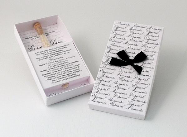 MOMENTO ESPECIAL  Invitación en caja blanca con toques en negro y tubo de arroz
