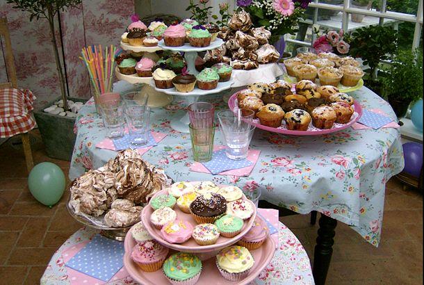 När du ska baka muffins eller cupcakes - sätt dina muffinsformar i en muffinsplåt. Med plåten som stöd för formarna blir dina muffins höga och fina! /Leila