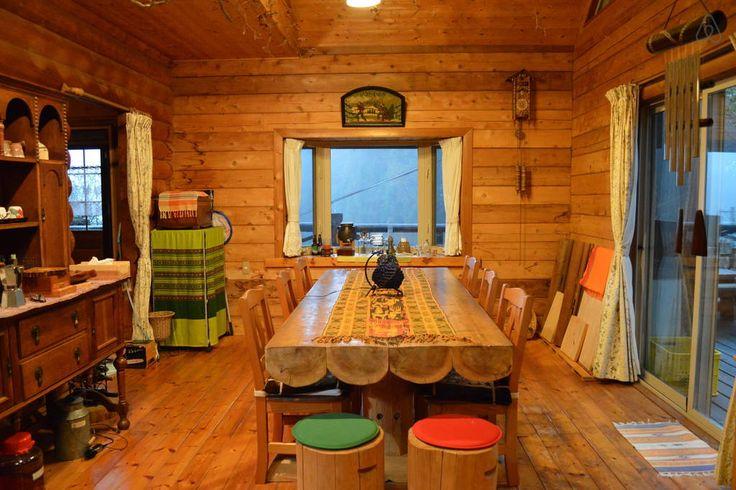 大きな丸太のテーブルのあるリビング
