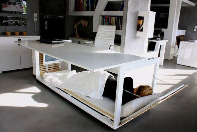Дизайнеры сконструировали стол, который позволяет комфортно вздремнуть на работе