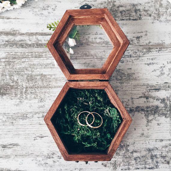 Hey, diesen tollen Etsy-Artikel fand ich bei https://www.etsy.com/de/listing/285936551/ring-halter-mit-moos-ring-bearer-box