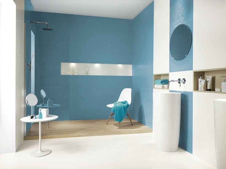 salle de bain colorée décorée d'un carrelage mural bleu glacier et blanc et aménagée avec une chaise Eames, une table blanche et deux vasques sur pied blanches