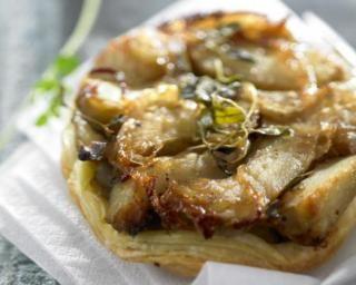 Petite tarte tatin légère aux artichauts : http://www.fourchette-et-bikini.fr/recettes/recettes-minceur/petite-tarte-tatin-legere-aux-artichauts.html