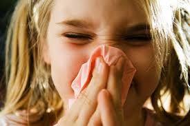PURIFICACION DE AIRE AIRLIFE te comenta. ¿Qué es la anafilaxia? La anafilaxia es la más intensa y rara de las reacciones alérgicas. El organismo entero se ve alterado frente a agentes externos a los que previamente se ha sensibilizado. Es un tipo de reacción alérgica inmediata y puede presentar los síntomas típicos de la rinitis, el asma, la urticaria, etc.