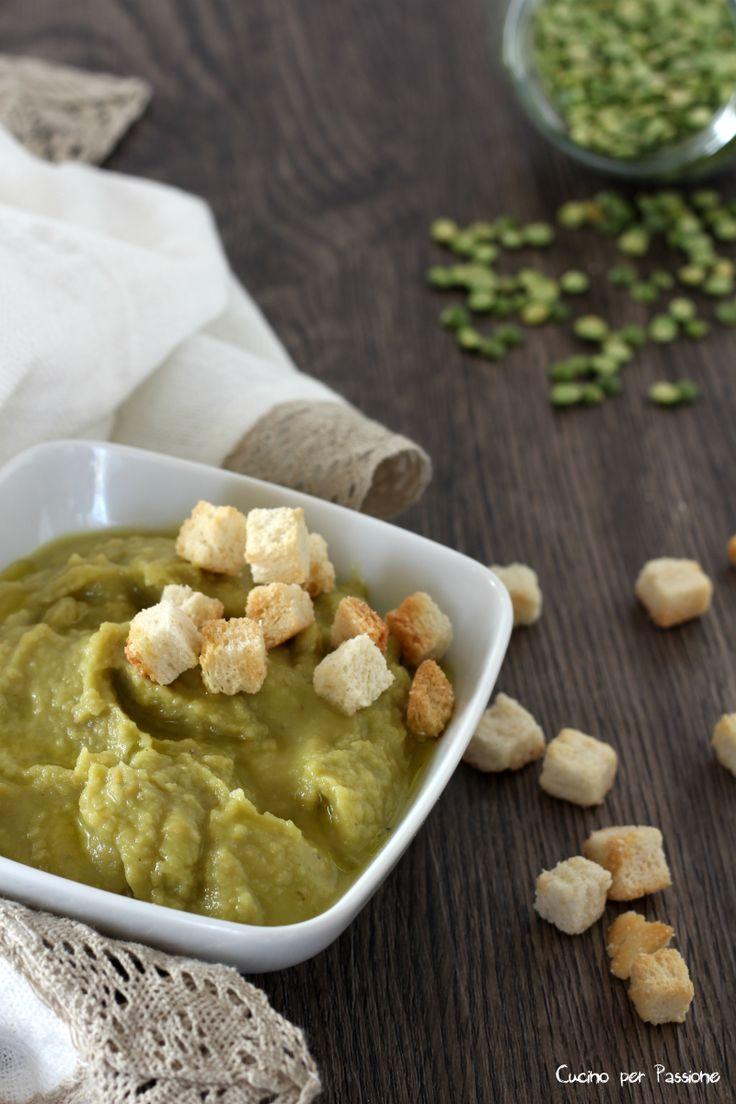 Zuppa di piselli spezzati è una zuppa molto buona dal sapore tipico dei piselli, ma con il piacere di non sentire in bocca le pellicine.